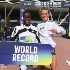 Alina Reh mit 10-Kilometer-Weltrekordlerin Agnes Tirop.